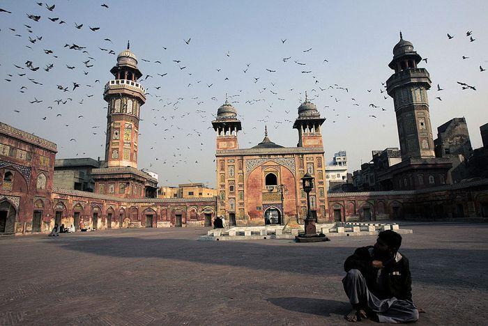 Di kota Lahore, Pakistan, berdiri sebuah masjid yang telah berusia lebih dari 300 tahun. Tempat ibadah peninggalan dinasti Mughal itu bernama Masjid Wazir Khan.