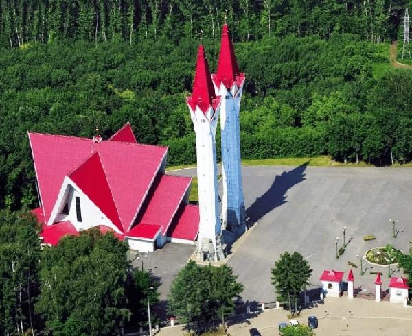 Bentuk bangunan Masjid Lala Tulpan tergolong unik dan tak biasa. Bentuk atap masjid itu berbentuk tiga limas yang tampak tersusun satu sama lain. Istimewa/Dok. www.kontraktorkubahmasjid.com.