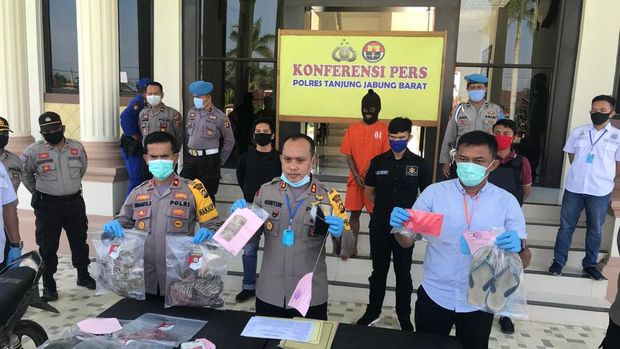 Polisi menunjukkan barang bukti pembunuhan wanita tinggal kerangka di Jambi