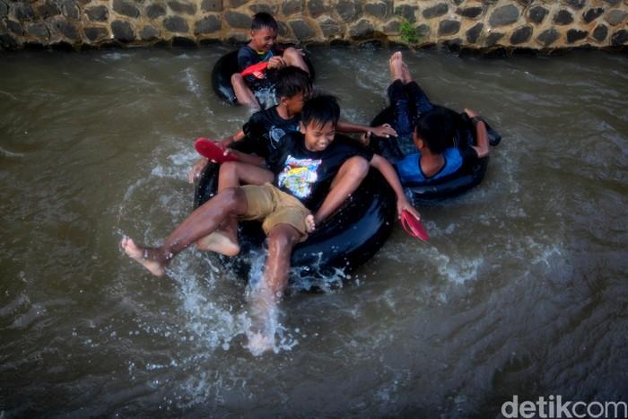 Sejumlah anak-anak mengisi waktu luanganya dengan bermain di saluran irigasi sambil menunggu berbuka puasa di Desa Hegarmanah, Sumedang, Jawa Barat.