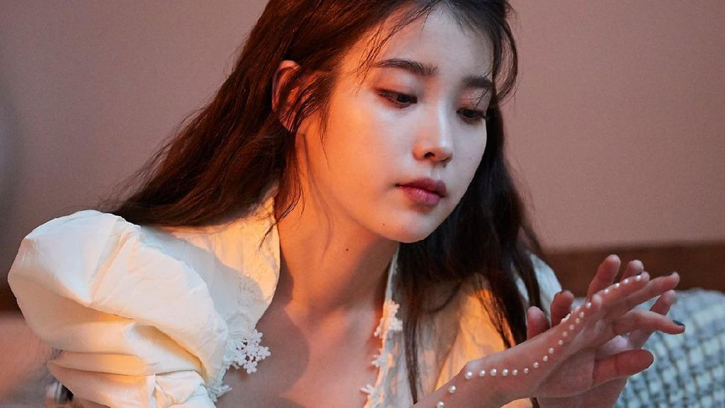 Pesona Ayu IU dalam Foto-foto BTS MV Eight
