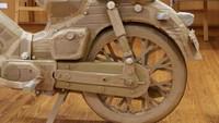 Seorang siswa mengatakan jika proses pengerjaan replika ini dimulai dari pembuatan roda. Ban dan pelek diutamakan karena cukup mudah dibuat. Untuk memperkuat pelek jari-jari, mereka melapis kardus dengan kayu agar bisa menopang ban dengan baik.(Foto: Honda Jepang)