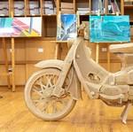 Wujud Replika Honda Super Cub 100 yang Terbuat dari Kardus