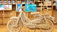 Proses pembuatan replika Honda Super Cub 100 ini memakan waktu hingga 3 bulan.(Foto: Honda Jepang)