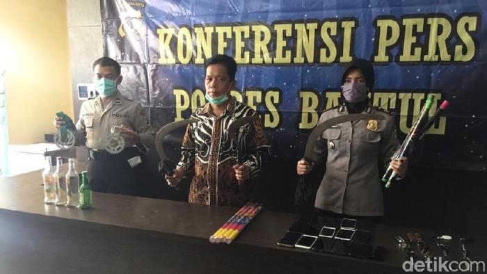 Barang bukti yang diamankan Polres Bantul dari remaja yang akan tawuran, Kamis (7/5/2020).