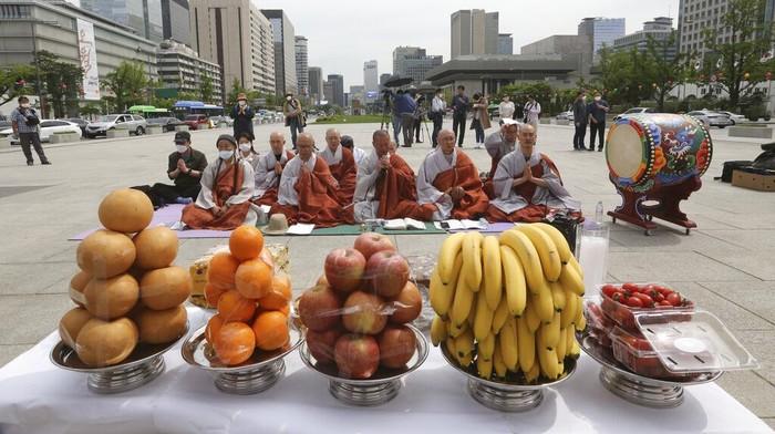 Virus Corona (COVID-19) telah menelan banyak korban. Para Biksu di Korea Selatan pun menggelar doa bersama untuk para korban virus tersebut.`