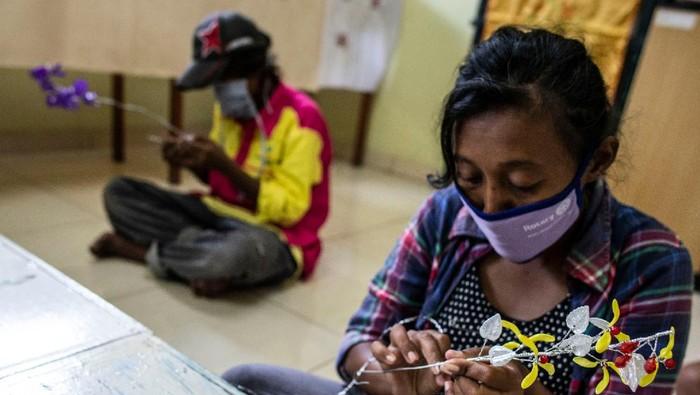 Pekerja korban PHK terdampak COVID-19  Elma Meika (20) (kiri) menyimak arahan instruktur saat mengikuti pelatihan menjahit di Balai Mulya Jaya, Jakarta, Kamis (7/5/2020). Balai Mulya Jaya Jakarta yang merupakan salah satu Unit Pelaksana Teknis (UPT) Kementerian Sosial, sejak 30 April 2020 telah menjadi Tempat Penampungan Sementara (TPS) dan pelatihan keterampilan bagi Pemerlu Pelayanan Kesejahteraan Sosial (PPKS) dan pekerja yang mengalami Pemutusan Hubungan Kerja (PHK) karena terdampak COVID-19. ANTARA FOTO/Aprillio Akbar/nz
