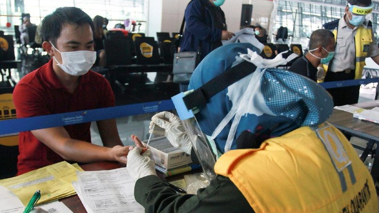 Seorang calon penumpang dengan ijin khusus berobat menunjukan surat syarat terbang di Terminal 3 Bandara Soekarno Hatta, Tangerang, Banten, Kamis (7/5/2020). Pemerintah melalui  kementerian Perhubungan  membuka kembali penerbangan domestik dengan penumpang bersyarat seperti pebisnis, penumpang Repatriasi, perjalanan dinas pejabat negara  dan tamu negara dengan wajib menyertakan surat keterangan Negatif COVID-19 dari rumah sakit. ANTARA FOTO/Muhammad Iqbal/nz
