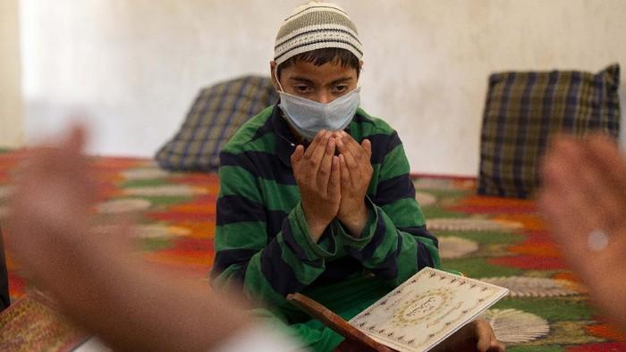 Anak-anak muslim Kashmir tetap belajar Alquran di tengah pandemi corona ini. Begini potret anak-anak kashmir belajar alquran di bulan Ramadhan.