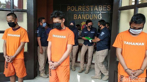 YouTuber Ferdian Paleka berhasil ditangkap polisi usai kabur beberapa hari. Kini ia berbaju tahanan usai ditangkap pada Jumat (8/5/2020) dini hari oleh tim gabungan dari tim khusus Direktorat Reserse Kriminal Umum dan Resmob Polrestabes Bandung, Ini penampilan Ferdian Usai Jadi Tersangka.
