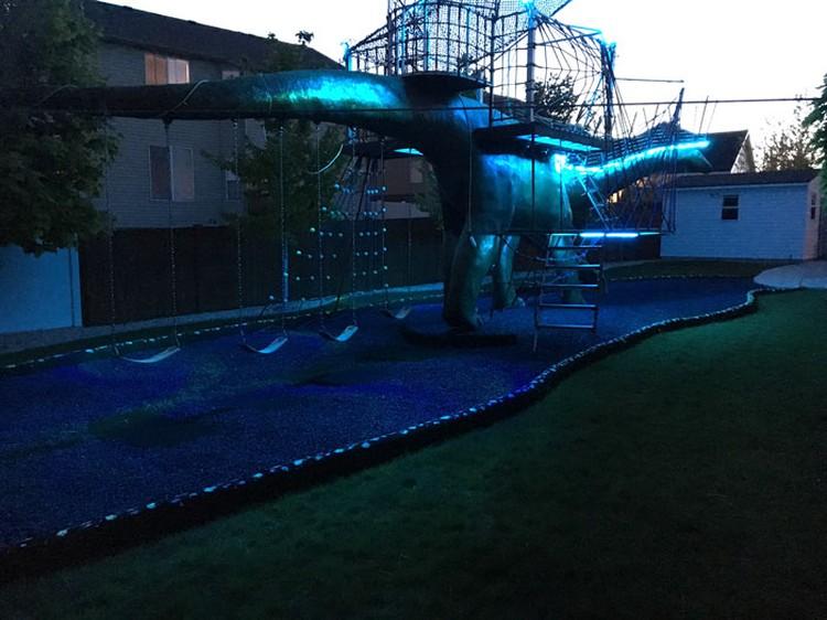 Seorang ayah membuat sebuah taman bermain yang berbentuk dinosaurus dengan berbagai fasilitasnya. Taman ini ditujukan untuk bermain anaknya kala pandemi Corona.