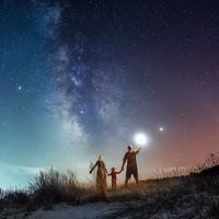 Keindahan Bima Sakti memang tidak bisa dilihat dengan mata telanjang, namun melalui karya-karya berikut ini kita bisa melihat betapa menakjubkannya langit malam