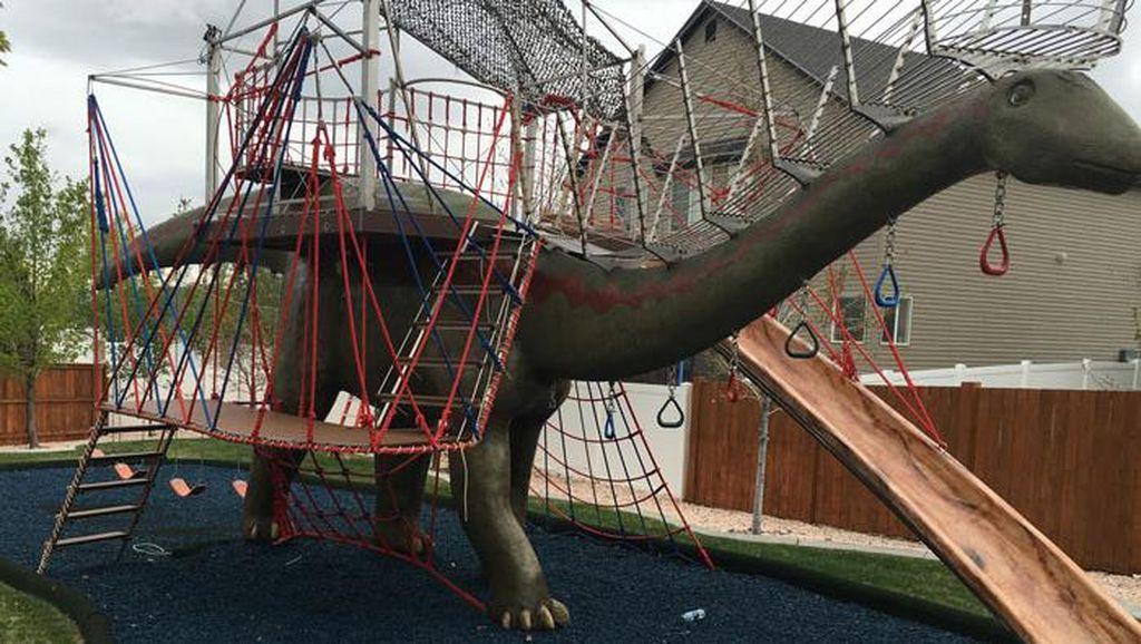 Dinosaurus Jadi Tempat Bermain Selama Isolasi Corona