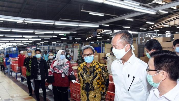 Menteri Perindustrian Agus Gumiwang cek Industri yang operasi saat PSBB
