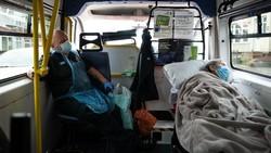 Inggris memiliki 207 ribu kasus COVID-19 dan tertinggi keempat dunia. Tak ayal, petugas ambulans pun tampak sibuk lalu lalang menjemput para pasien Corona.