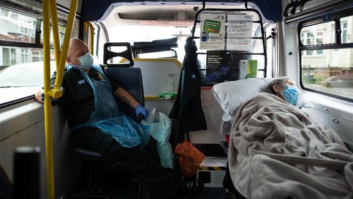 Hingga kini Inggris memiliki 207 ribu kasus COVID-19 dan tertinggi keempat dunia. Tak ayal, petugas ambulans pun tampak sangat sibuk lalu lalang menjemput para pasien yang terjangkit Corona.