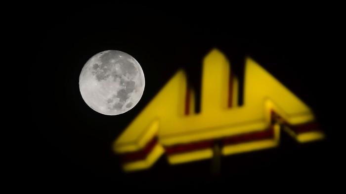 Fenomena Supermoon atau posisi bulan terdekat dengan bumi terpantau dari kota Kudus, Kamis (7/5/2020). Fenomena Supermoon terakhir untuk tahun 2020 bernama flower moon  tersebut bisa terlihat sepanjang malam di seluruh dunia dan dapat disaksikan mulai Rabu malam (6/5/2020) hingga tiga hari ke depan. ANTARA FOTO/Yusuf Nugroho/nz