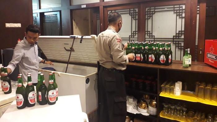 Polisi sita ratusan botol miras dari restoran Korea di Cilegon.