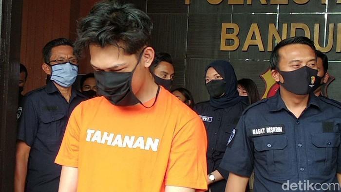 YouTuber Ferdian Paleka berhasil ditangkap polisi usai kabur beberapa hari. Begini tampak Ferdian saat memakai baju tahanan.