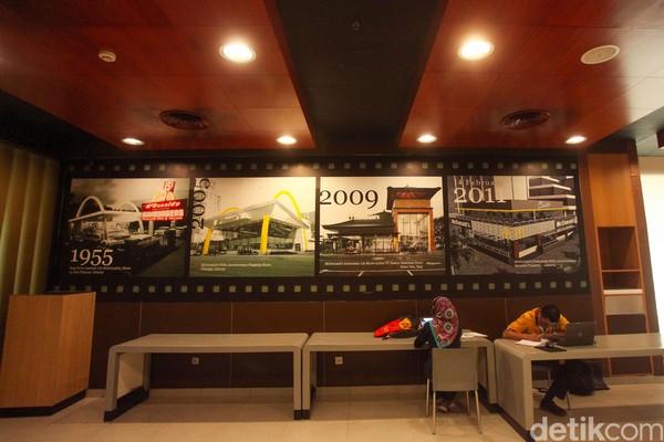 Gerai McDonalds di Sarinah ini merupakan salah satu tongkrongan muda-mudi dari dahulunya di Jakarta. Jadi jangan heran banyak kenangan di sini. (Rifkianto Nugroho)
