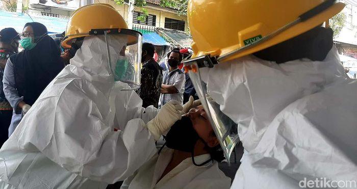 Sebanyak 300 pedagang dan pengunjung di Pasar Kebon Kembang, Kota Bogor menjalani swab test massal. Hal itu dilakukan untuk mendeteksi penyebaran virus Corona.