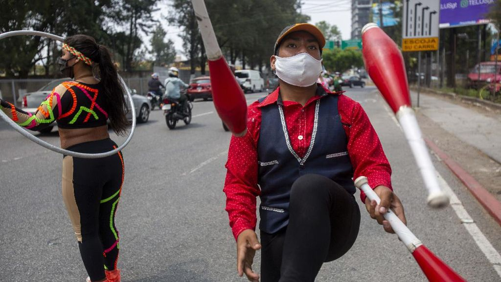 Gegara Corona, Kelompok Sirkus Ini Ngamen di Jalanan