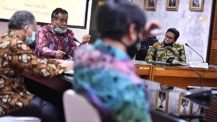 Menteri Desa Pembangunan Daerah Tertinggal dan Transmigrasi (Mendes PDTT) Abdul Halim Iskandar dan Rektor Universitas Indonesia Ari Kuncoro.