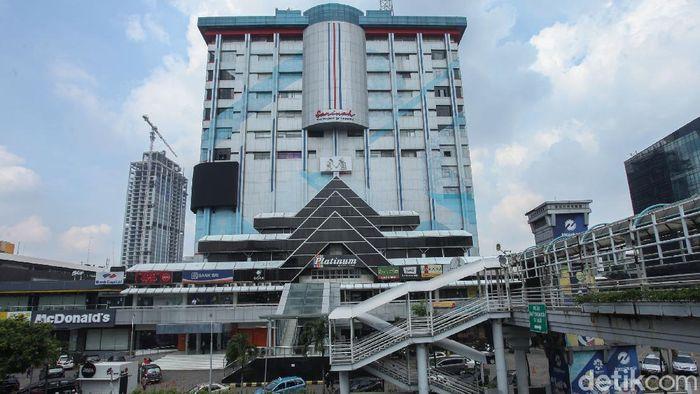 Potret Gedung Sarinah yang Akan Direnovasi  Pusat perbelanjaan Sarinah yang dibangun pada tahun 1963 ini bakal direnovasi dan dijadikan pusat kerajinan Indonesia untuk pariwisata dan mendukung UMKM lokal. Bakal jadi seperti apa ya?