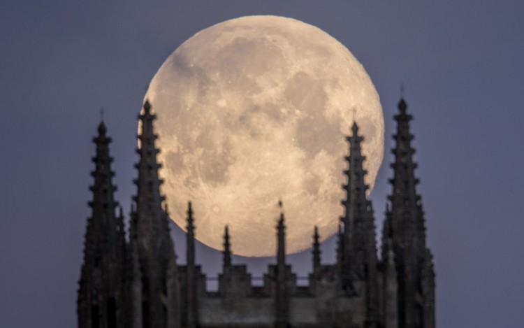 Potret Keindahan Supermoon di Berbagai Penjuru Dunia  Keindahan bulan purnama besar atau Supermoon menjadi fenomena terakhir di tahun 2020. Ini juga terlihat jelas hampir diberbagai belahan dunia. Beginilah foto-fotonya.