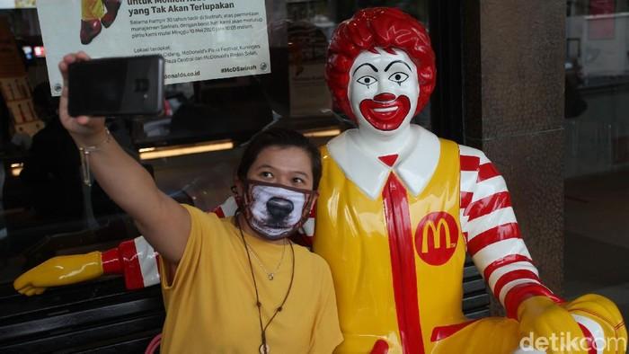 Restoran siap saji McDonalds Sarinah akan tutup permanen. Yuk lihat lagi sudut-sudut penuh cerita di gerai McD pertama di Indonesia ini.