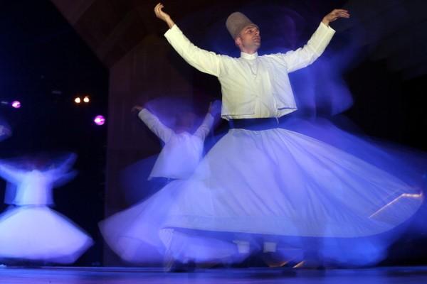Sebelum menari, para penari harus melakukan dzikir sambil diiringi musik khas Timur Tengah terlebih dahulu. Lalu akan dilanjutkan dengan lagu pujian untuk Nabi Muhammad SAW yang dilantunkan oleh seorang solois dengan improvisasi alat musik seruling. Ahmet Okatali/Anadolu Agency/Getty Images