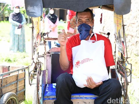 Sandiaga Uno bagikan sembako bagi warga korban covid di bandung