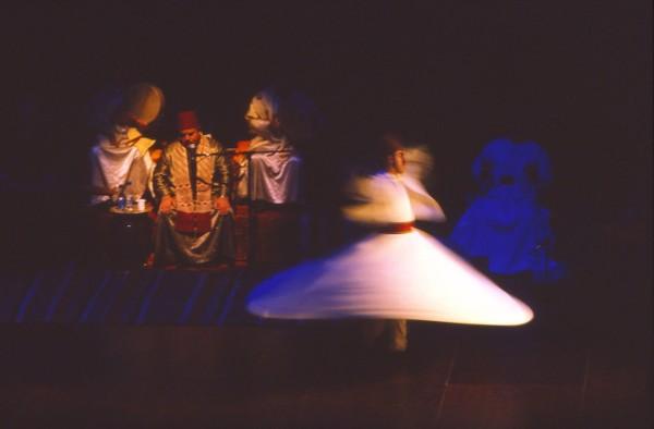 Tarian Sufi atau yang dikenal juga sebagai whirling dervishes dianggap dapat menjadi bagian dari meditasi diri. Meditasi yang dilakukan melalui tarian Sufi memiliki kaitan yang erat dengan Tasawuf. Sebab dalam tarian ini para penari diharapkan dapat mengalami pengalaman spiritual dan melebur bersama sang Ilahi. Untuk itu, mereka juga diharapkan bisa mencapai kesempurnaan iman dengan cara menanggalkan ego dan hasrat pribadi dalam hidup. Richard Manning/Getty Images.