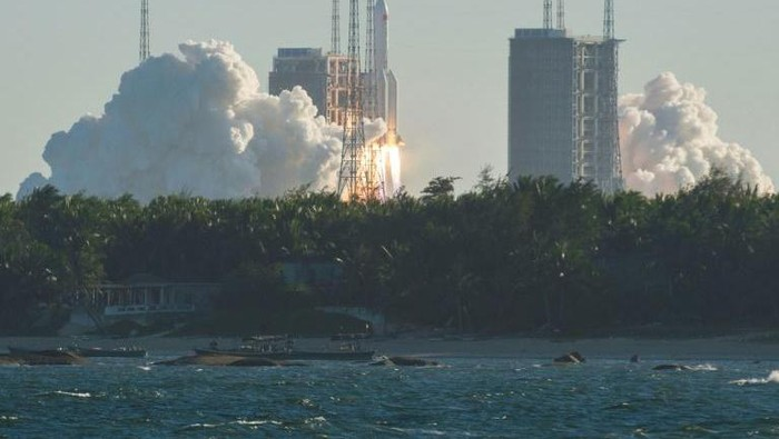 Peluncuran pesawat ruang angkasa China pada Selasa (5/5) lalu (AFP)