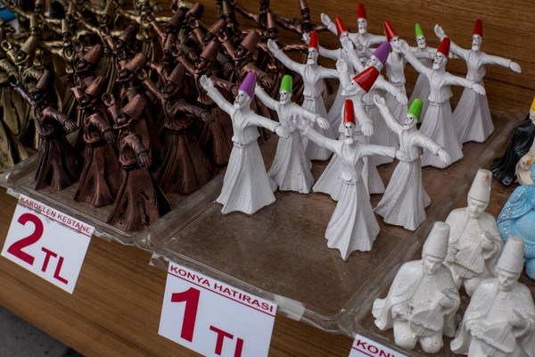 Tentunya jika kamu ingin melakukan tarian Sufi, jangan sejajarkan dengan shalat, puasa, haji dan ibadah lainnya. Di balik itu semua, tarian sufi hanya sekedar untuk memperkenalkan indahnya rasa cinta kepada sesama dan Allah SWT. Chris McGrath/Getty Images.