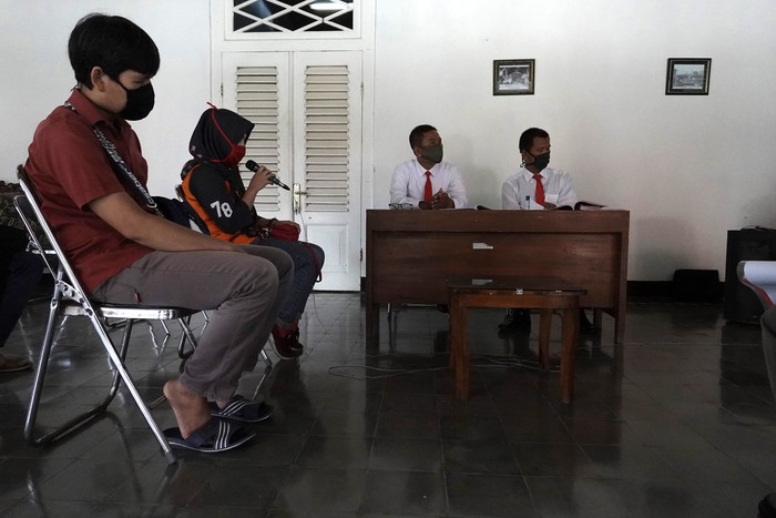 Sejumlah terdakwa kasus tindak pidana ringan pelanggaran perda penggunaan masker di Kabupaten Banyumas mengikuti proses sidang secara online di Pendopo Kecamatan Banyumas, Banyumas, Jateng, Jumat (8/5/2020). Perda Nomor 2 Tahun 2020 Tentang Pencegahan dan Penanggulangan Penyakit di Kabupaten Banyumas merupakan perda pertama di Indonesia yang mewajibkan penggunaan masker di ruang terbuka dan tempat umum dengan ancaman denda atau kurungan selama tiga bulan, dalam rangka pencegahan wabah COVID-19. ANTARA FOTO/Idhad Zakaria/pras.