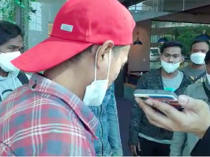 Para ABK WNI saat ditelepon Menlu Retno di Bandara Incheon, sebelum berangkat pulang ke RI. (Dok Istimewa)