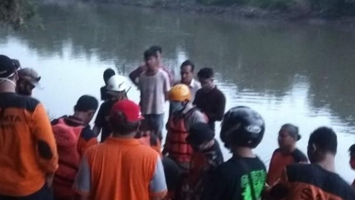 Tim SAR Sukoharjo dan gabungan mengevakuasi korban pemuda yang loncat ke Bengawan Solo, Jumat (8/5/2020).