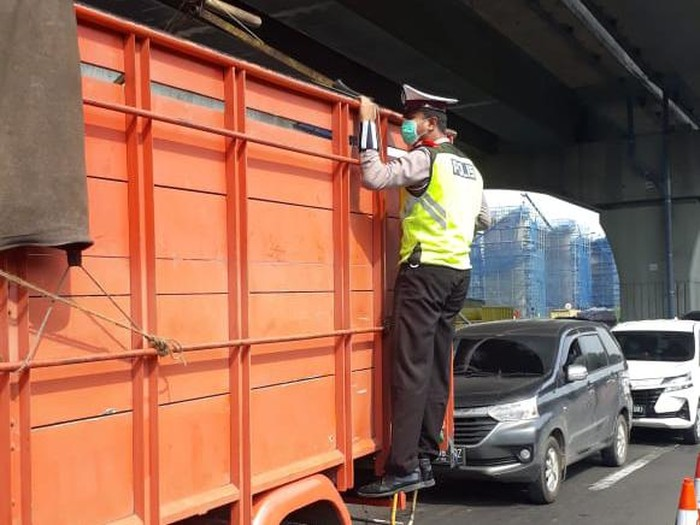 Polisi panjat truk cek penyelundupan pemudik