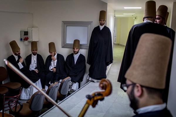 Pada mulanya tarian sufi hanya dikhususkan untuk laki-laki. Akan tetapi, kini di Istanbul, perempuan juga boleh melakukan tarian sufi bersama. D kutip dari CNN, seorang penari sufi perempuan yang berasal dari Turki berpendapat bahwa saat kita ingin menemukan Tuhan dan mencari kekhusukan, maka tak perlu memandang itu laki-laki atau perempuan. Chris McGrath/Getty Images.
