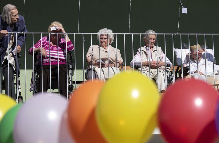 Warga panti jompo mengikuti acara keagamaan dengan tema 'Secercah Harapan di pusat perawatan Schanzehof, Jerman. Balon penuh warna-warni pun mewarnai rumah mereka.