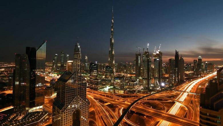 Gedung tertinggi di dunia, Burj Khalifa, Dubai, diketahui memiliki tiga zona waktu buka puasa yang berbeda-beda di beberapa lantainya. Begini alasannya.