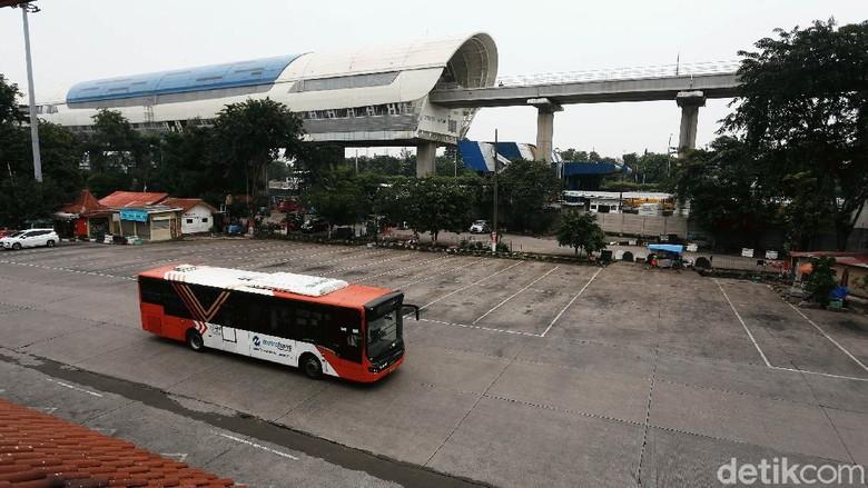 Meski pemerintah membuka kembali semua moda transportasi di Indonesia, suasana di Terminal Kampung Rambutan, Jakarta, masih nyaris tanpa aktivitas.