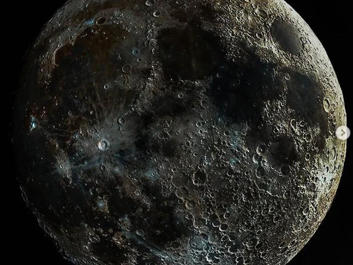 Bila kalian melihat Bulan, mungkin tidak akan sejelas foto satu ini. Seorang fotografer astronomi Andrew McCarthy berhasil memperlihatkan permukaan Bulan paling jelas.
