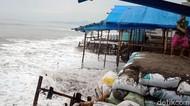 Video Gelombang Tinggi Hantam Pesisir Sukabumi