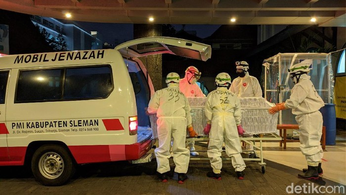 Relawan PMI ikut membantu penguburan jenazah pasien selama pandemi Corona