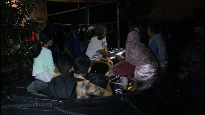 Evakuasi warga terdampak banjir di Kecamatan Darul Imarah, Aceh Besar.