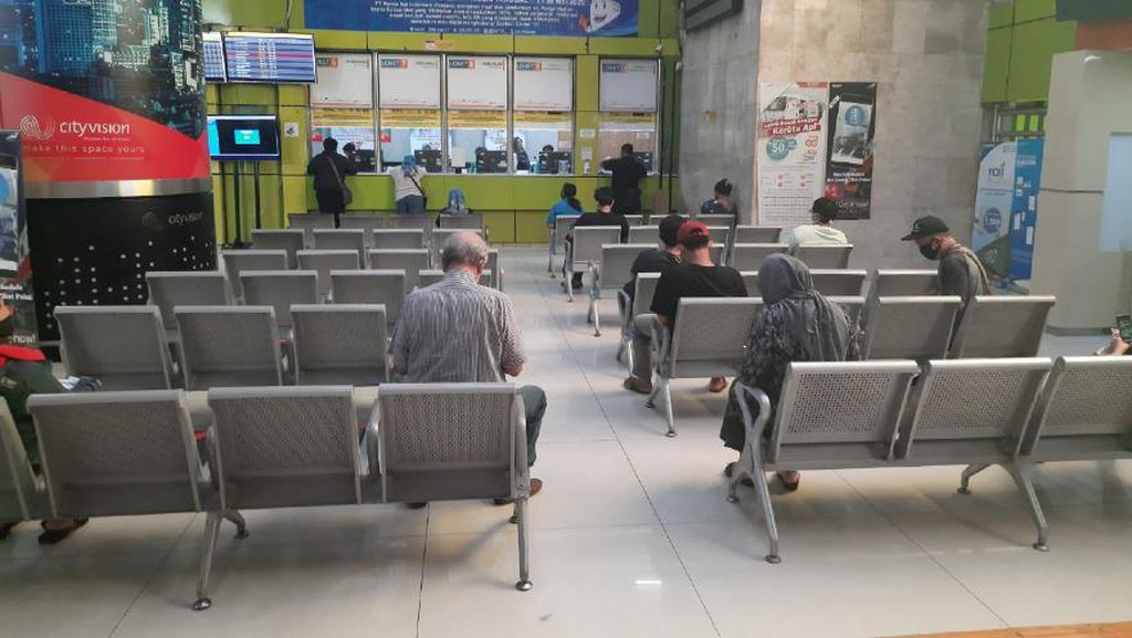 Batal Mudik, Warga Berdatangan Urus Refund Tiket Kereta di Stasiun Gambir