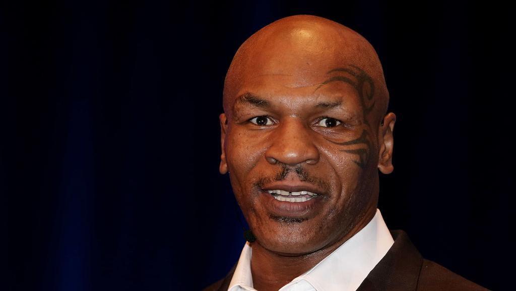 Posting Video Umat Muslim di Kabah, Mike Tyson: Mashaallah