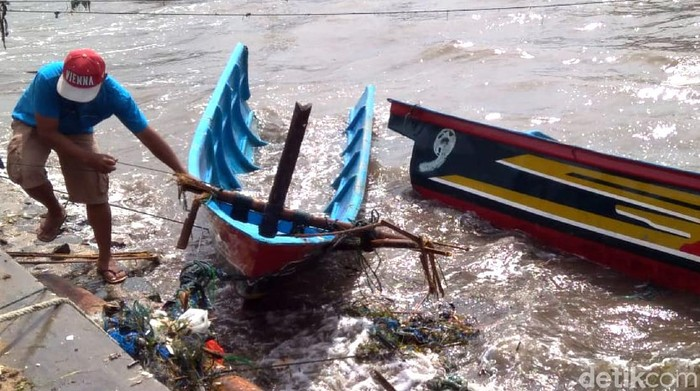 Puluhan perahu nelayan Ujung Genteng, Sukabumi hancur dihantam gelombang tinggi yang terjadi Sabtu (9/5/2020) pagi tadi.